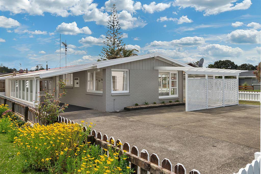 Easy Walk to Orewa Beach - Affordable Home!