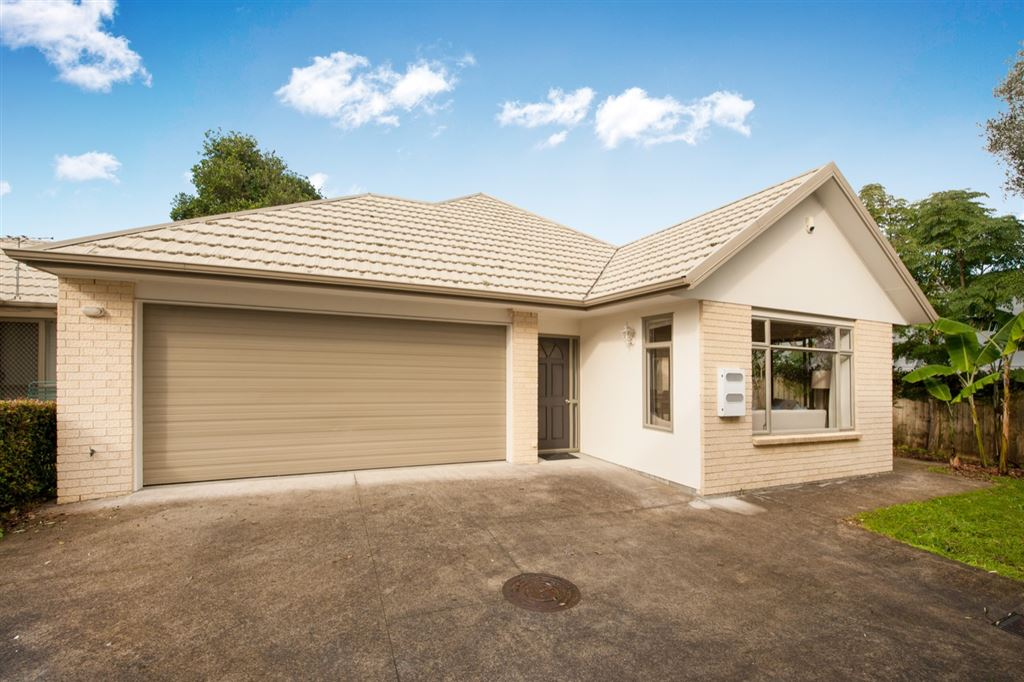 Standalone, Single-Level Living By Cornwall Park