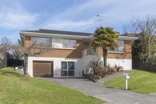 Immaculate, Generous Family Home in Botany Downs