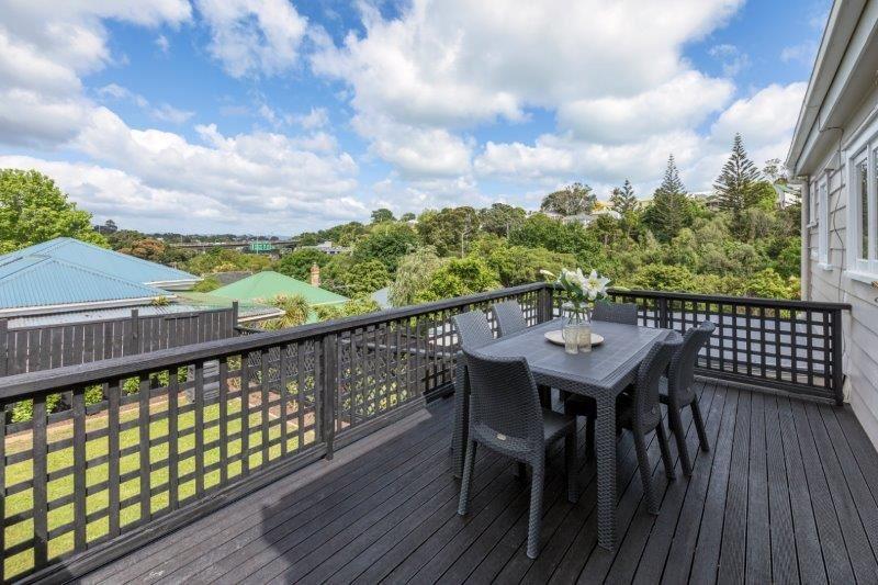 Upstairs House - Entertaining Deck