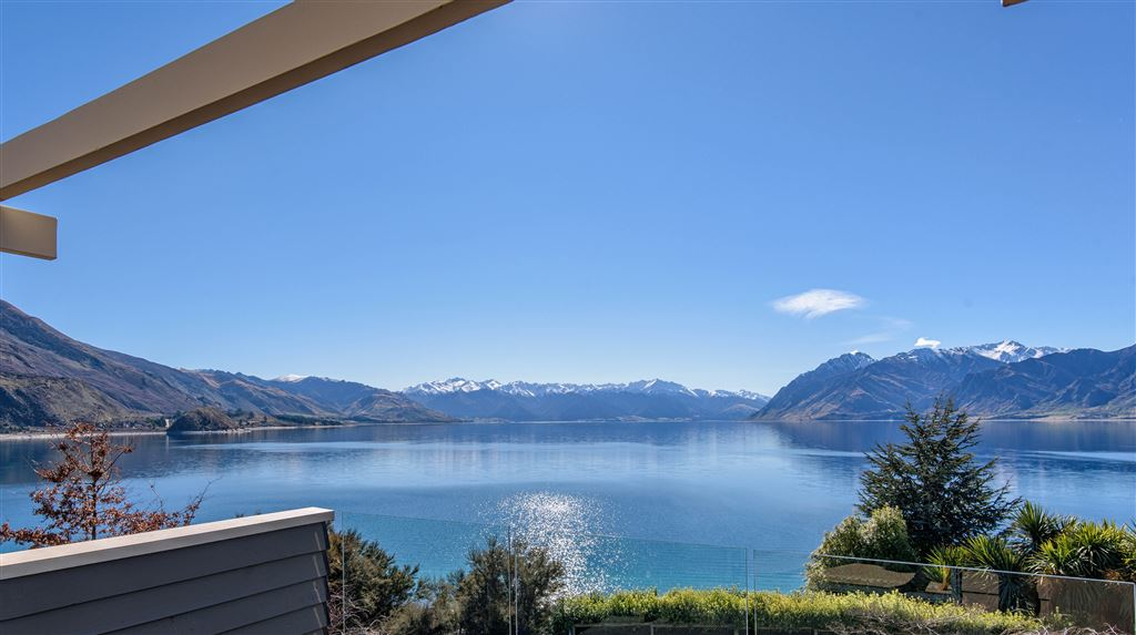 Lakefront Hawea - Classic Home with Majestic Views