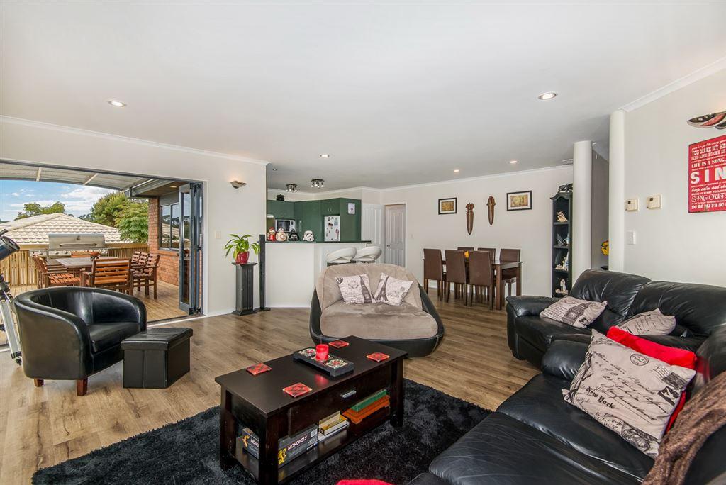 Open plan lounge/dining/kitchen