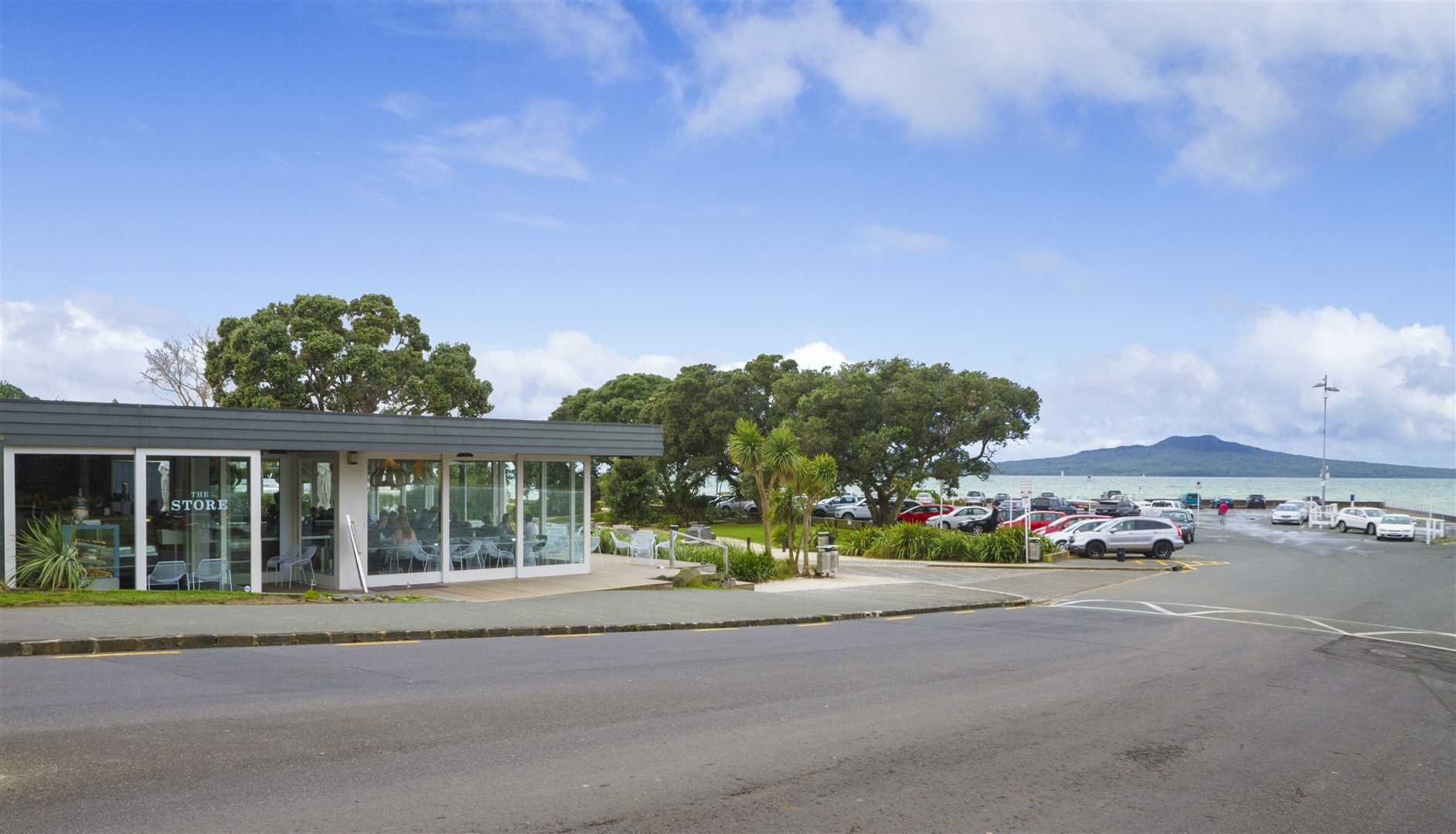 Walking distance to Takapuna cafes, restaurants and beaches