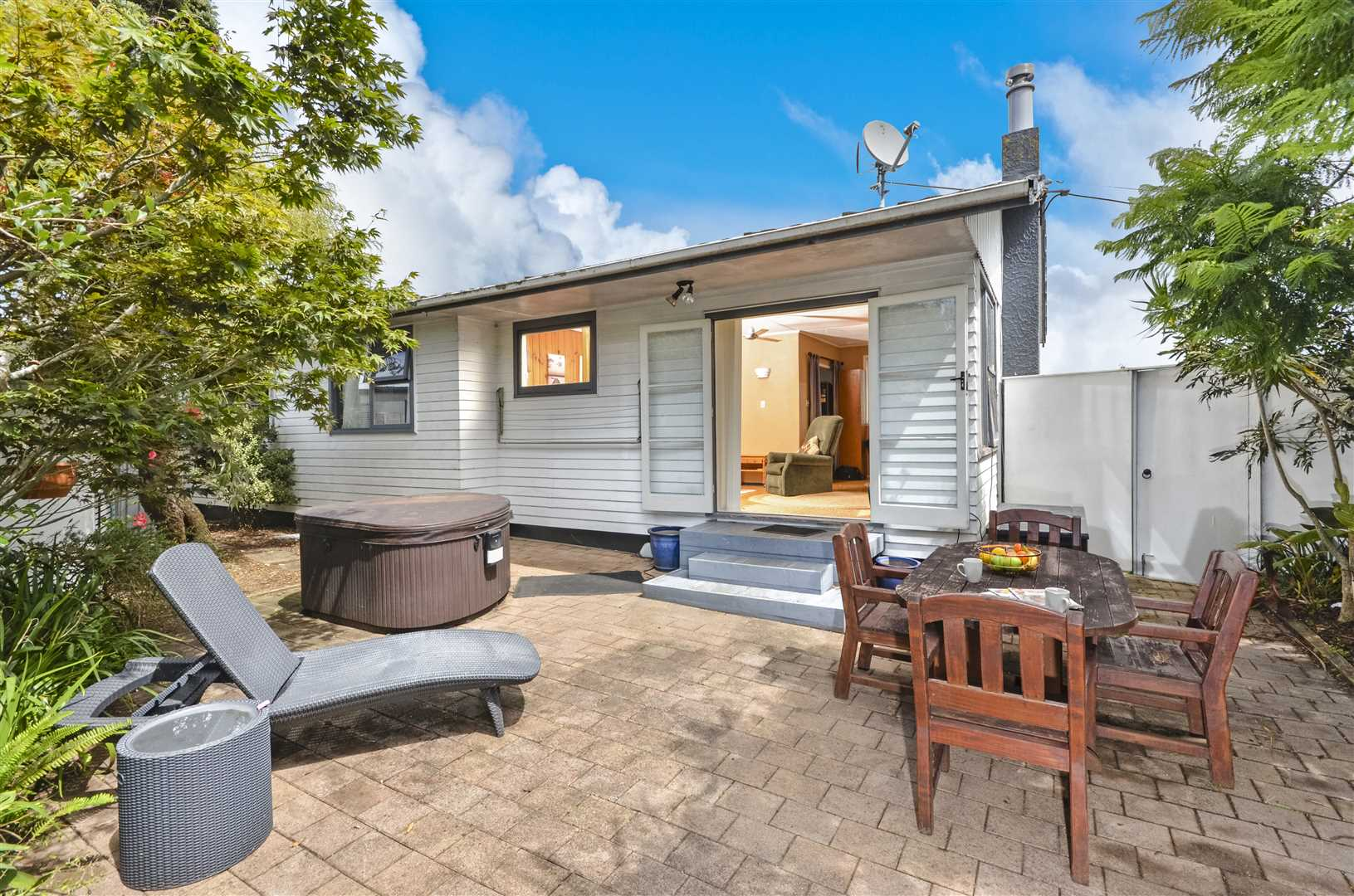 Front House - outdoor area