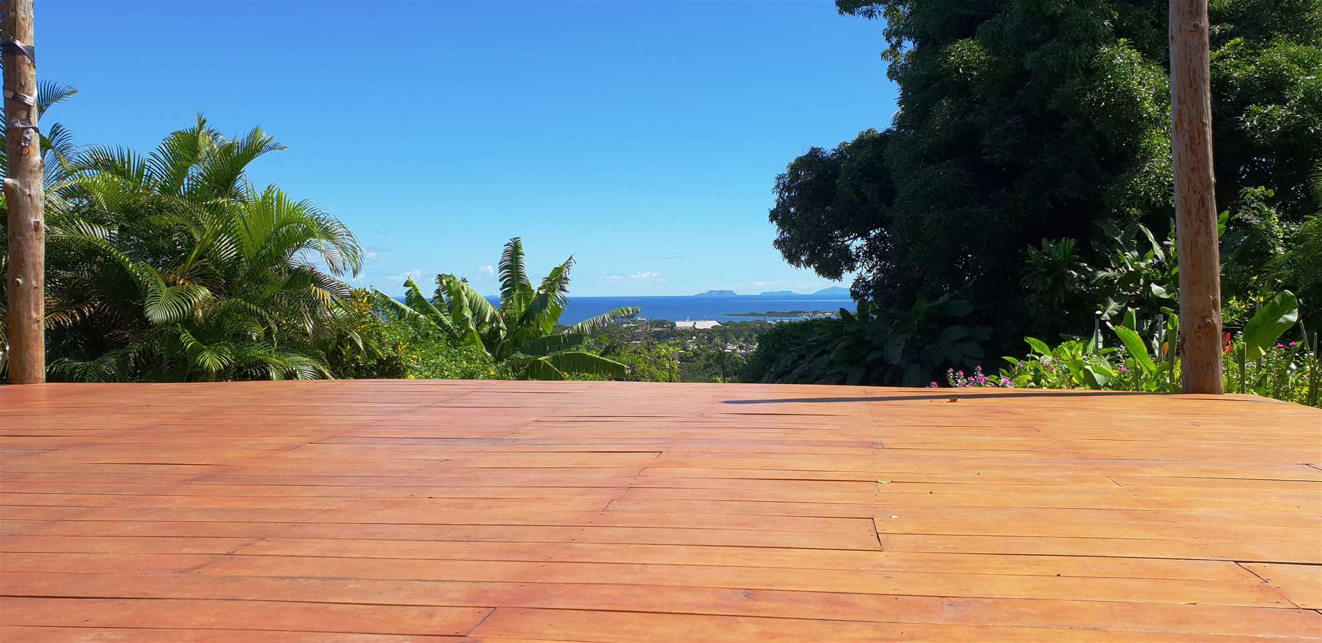 Open outdoor entertainment decking