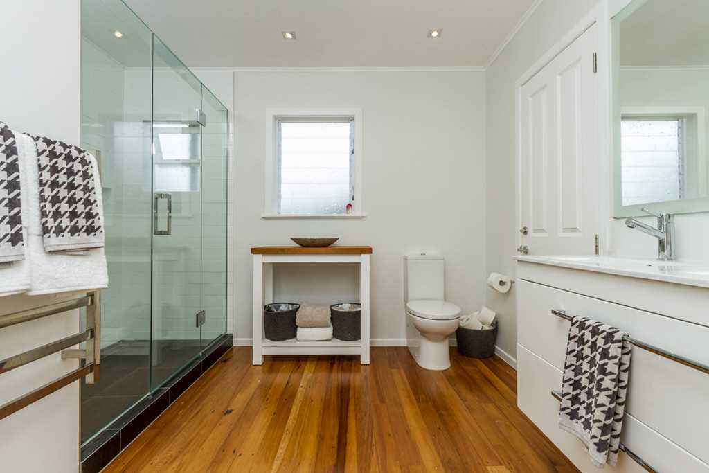 Family Bathroom & Semi En Suite with Master Bed