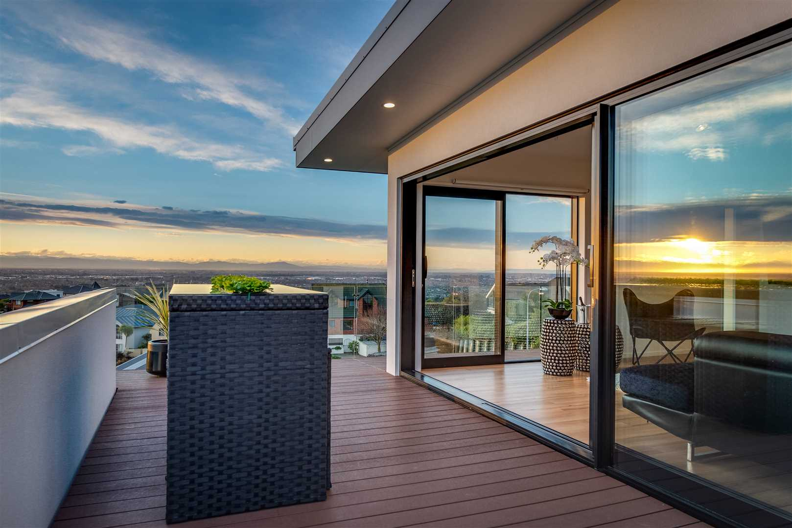 High-performance SIP home with uninterrupted views