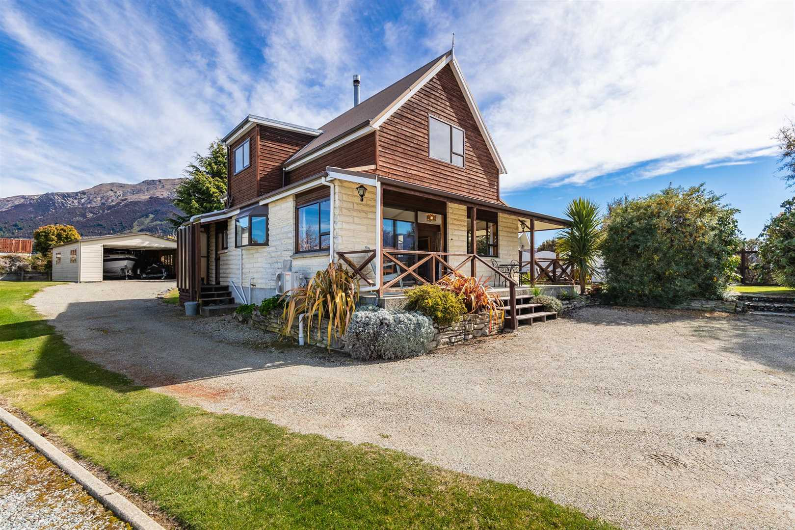 Classic Hawea Cottage with a peek at the lake