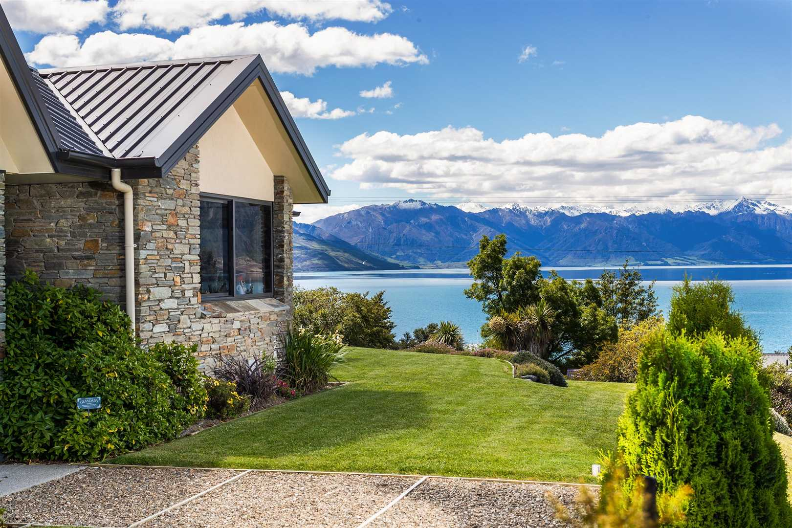 'The Lookout' - Spectacular Lake & Mountain Views